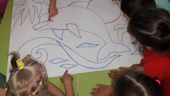Дети разглядывают контуры дельфина