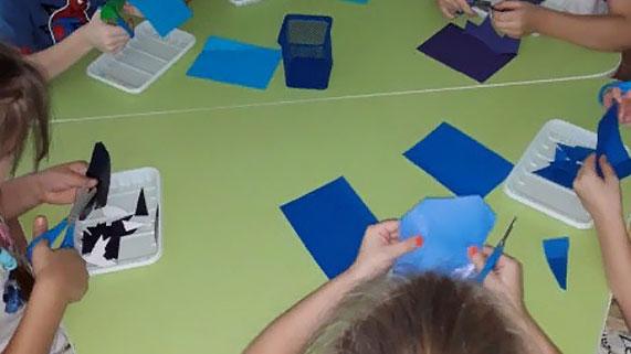 Дети нарезают фрагменты