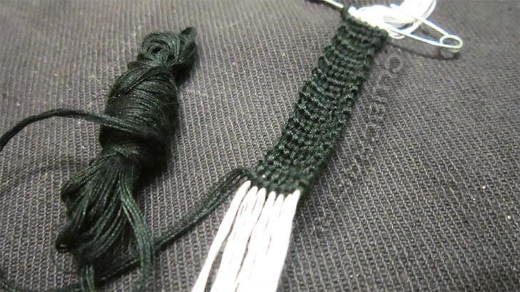 Сплетено несколько узлов