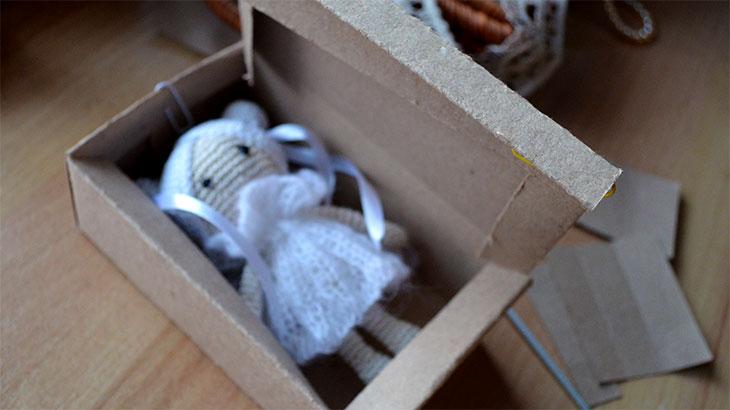Вязанная кукла в коробочке